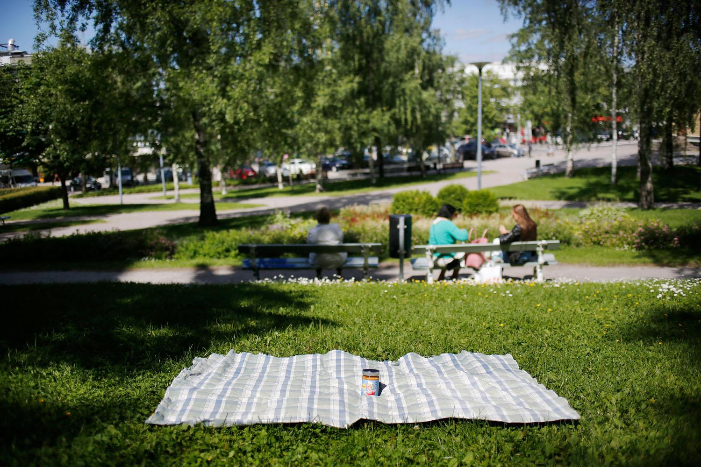 Kirkkopuiston nurmikko tarjoaa urbaanin ympäristön omalle pienelle piknik-hetkelle. Viikonloppuisin puisto on nuorisolaisten valloittama, joten ajoitus on tämän paikan nauttimisen kannalta olennaista.