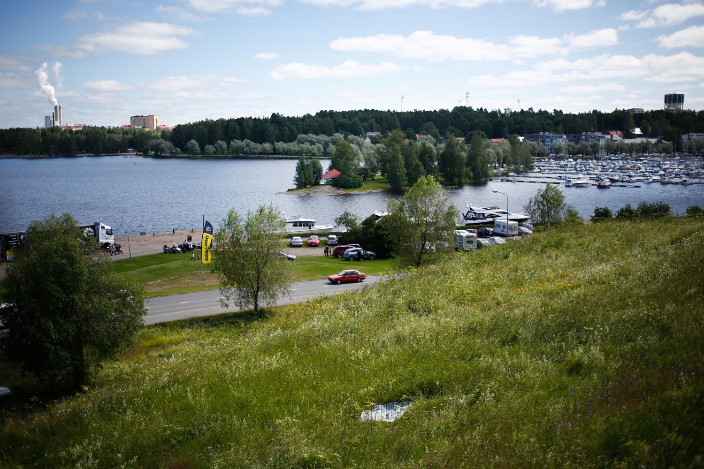 Linnoituksessa on useita upeita piknik-paikkoja, mutta täällä radiotalon takana aukea laaja panoraama niin Saimaalle kuin kaupunkiin. Viltti keskellä kuvaa, ei näkynyt punkkeja!