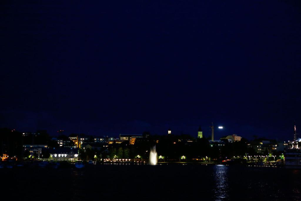 Lappeenrannan mäkinen skyline näkyy iltamyöhään kauniina Wanhan Makasiinin kulmilta.
