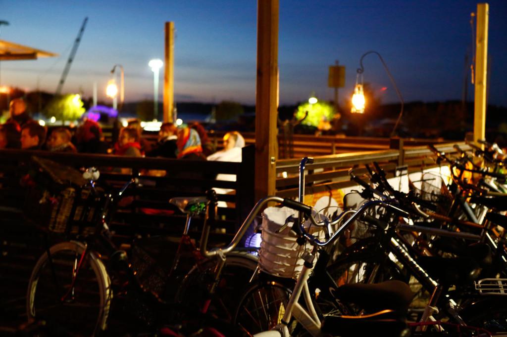 Moni saapui näytökseen polkupyörällä.