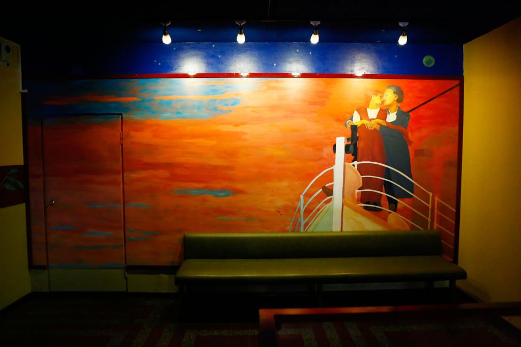 Taidemaalari Jouko Lempisen teos on maalattu Kino-aulaan 1990-luvun loppupuolella. Maalaus lienee saanut inspiraatiota Titanic-elokuvasta, joka sai ensi-iltansa vuonna 1997.