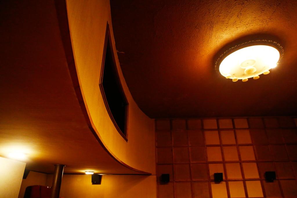 Kino-aulassa oli ensimmäiset vuosikymmenet myös lähes satapaikkainen parvi, mutta nykyisin se on vain konehuone.