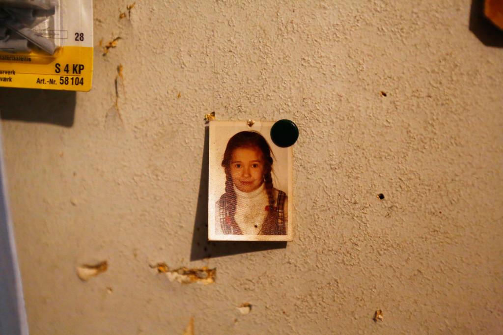 Merja Luotola-Maarnelan koulukuva löytyy Kino-aulan teknisen varaston seinältä.