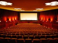 Kino-aula ja Nuijamies ovat kauniita leffateattereita täynnä historiaa – ja toinen niistä on Pave Maijasen ensimmäinen soolokeikkapaikka