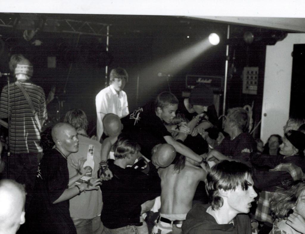 """""""Sikala""""-keikka Monarilla vuonna 1997, Determined soittaa. Kuva: Saara Pakarinen"""