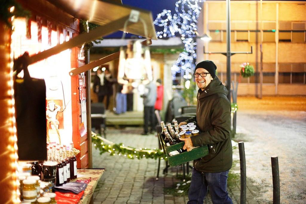 Samu Koskinen täyttää Hito hyvän joulukadun myyntipisteen varastoja.